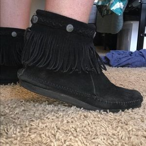 Minnetonka moccasins booties with fringe